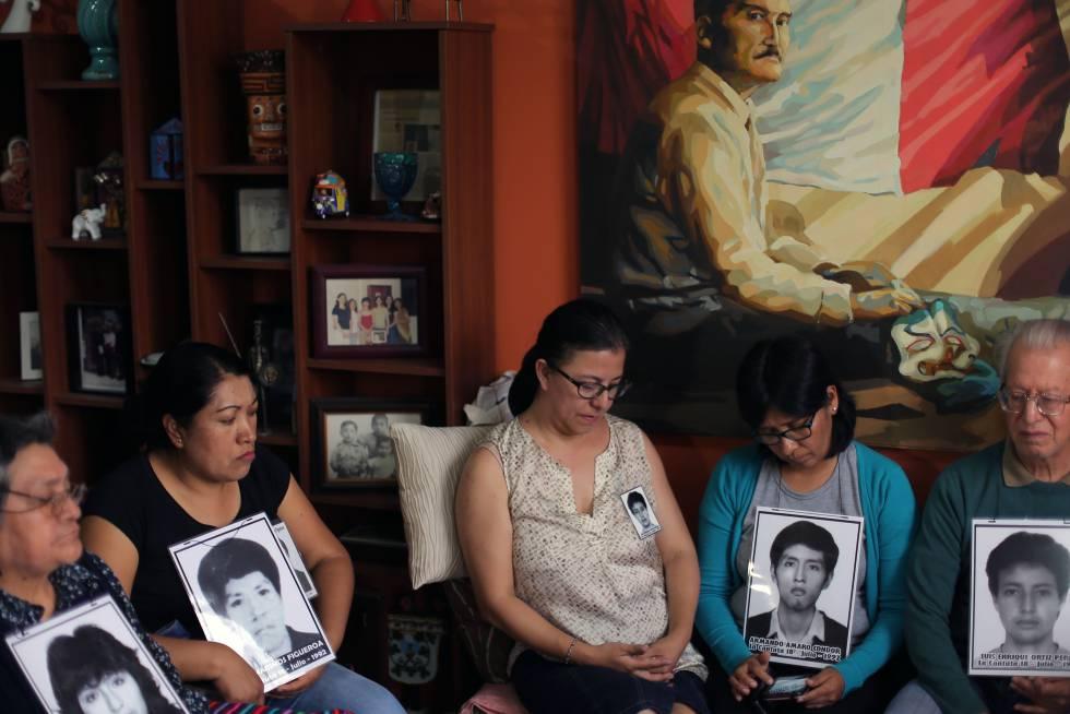 Famílias das vítimas dos esquadrões da morte Grupo Colina, reunidos na terça-feira, em Lima.
