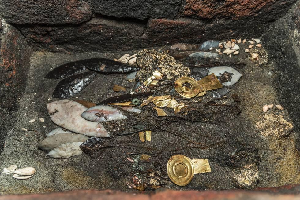 Facas de pederneira, peças de ouro, espinhaços de cobra, duas aves... assim é a última oferenda encontrada no Templo Maior.