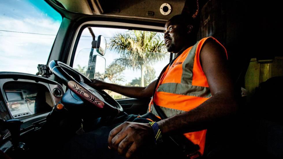 Grande parte da vida diária de um caminhoneiro é passada na fila ou esperando alguma autorização. Para Sulubu, o tempo de espera é uma situação corrente na qual ele parece mal prestar atenção.