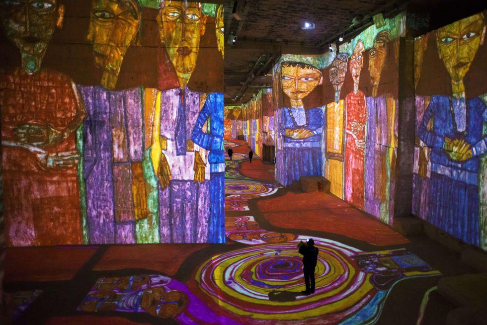 'Klimt e Viena, em um século de ouro e de cores': espetáculo multimídia feito com uma centena de projetores que exibem as obras de Gustav Klimt (1862-1918), Egon Schiele (1890-1918) e Friedensreich Hundertwasser (1928-2000) sobre as paredes das Carrieres de Lumieres, em Les Baux-de-Provence, França.