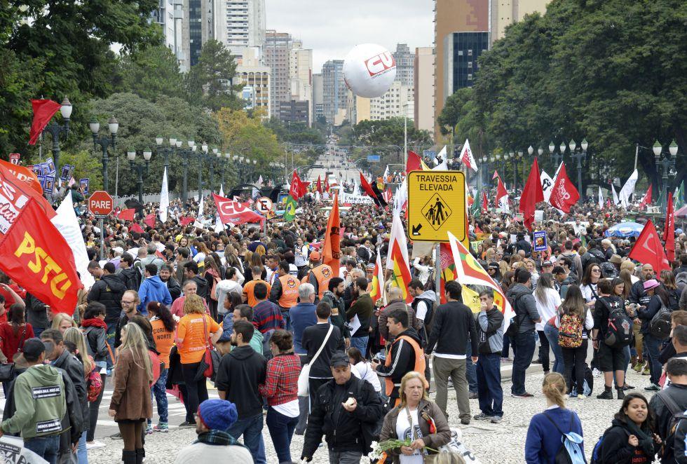 Milhares de pessoas, sobretudo servidores do Estado e professores da rede pública, ocuparam as ruas de Curitiba nesta terça-feira para protestar contra a violência policial.