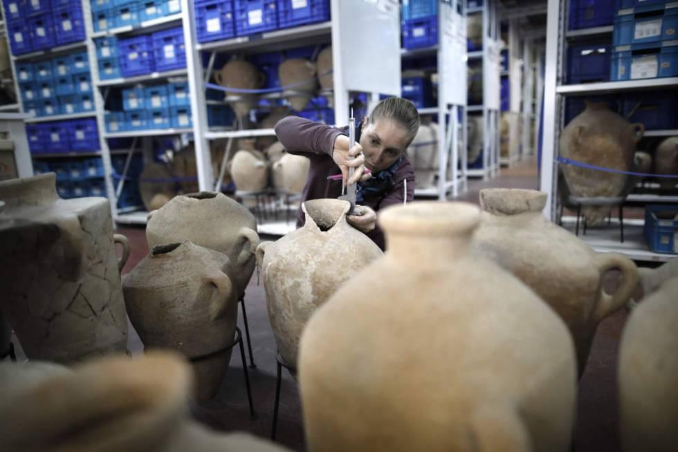 Uma estudante examina vasilhas no Depósito dos Tesouros Nacionais.