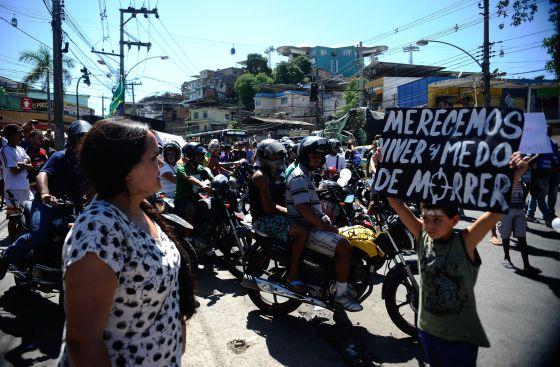 Moradores do Complexo do Alemão pedem paz.