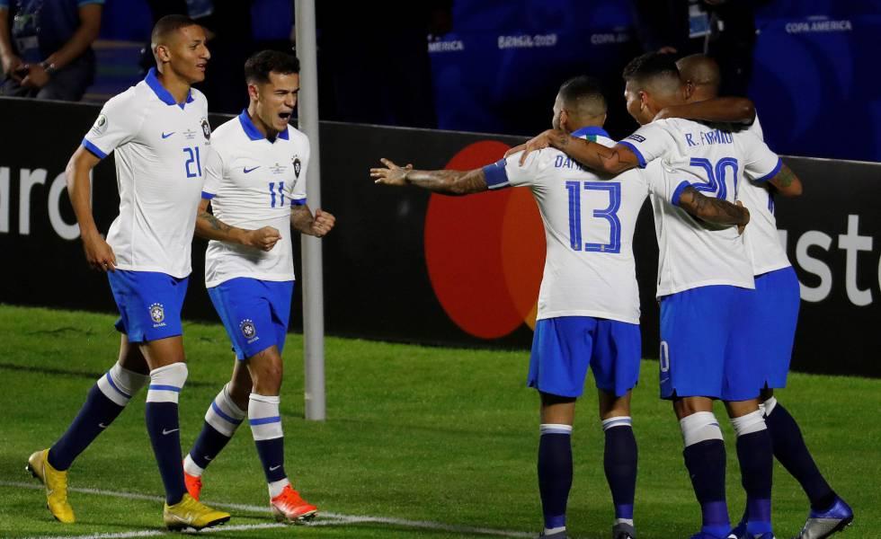 Coutinho comemora gol contra a Bolívia na estreia da seleção.