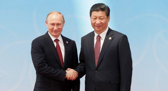 O presidente da Rússia, Vladimir Putin, junto ao presidente chinês, Xi Jinping.