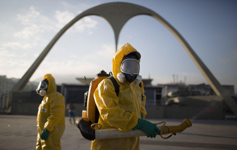 Funcionários municipais de saúde fumigam o sambódromo, no Rio.