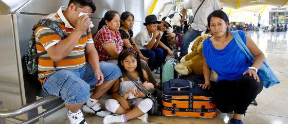 Imigrantes latino-americanos no Terminal 4 do aeroporto Adolfo Suárez-Barajas, antes de partir para seu país de origem.