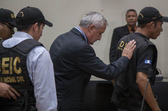 Presidente Otto Pérez Molina é escoltado para a prisão.