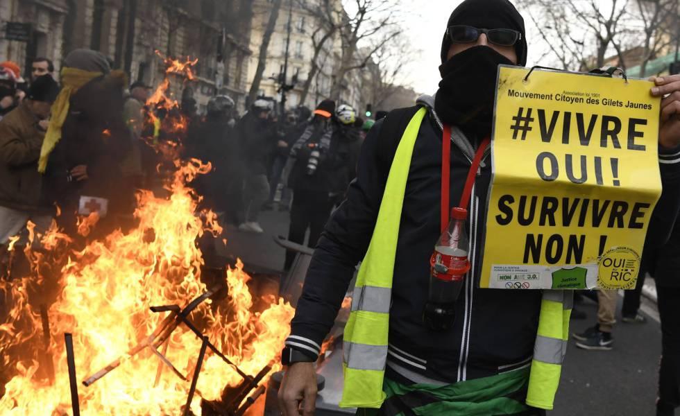 Imagem de um manifestante neste sábado em Paris.
