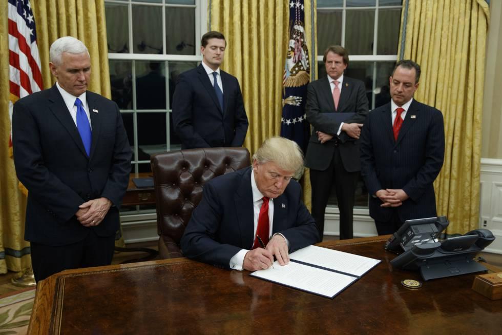 Trump, nesta sexta-feira, assinando seu primeiro decreto no Salão Oval.