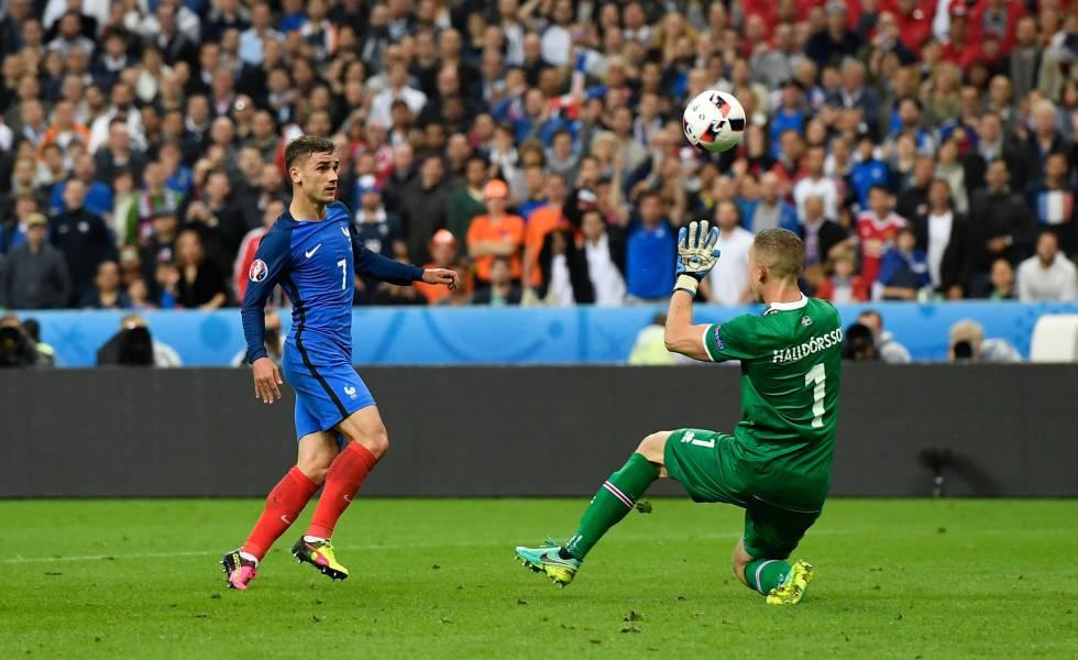 Griezmann supera Halldorsson no quarto gol da França.