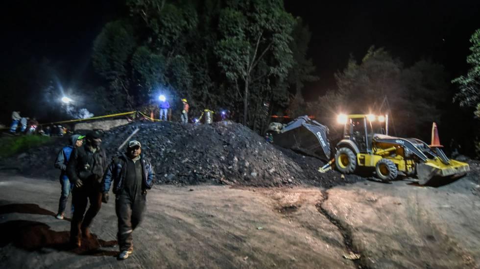 Mineiros e socorristas após a explosão de uma mina ilegal em Cundinamarca.