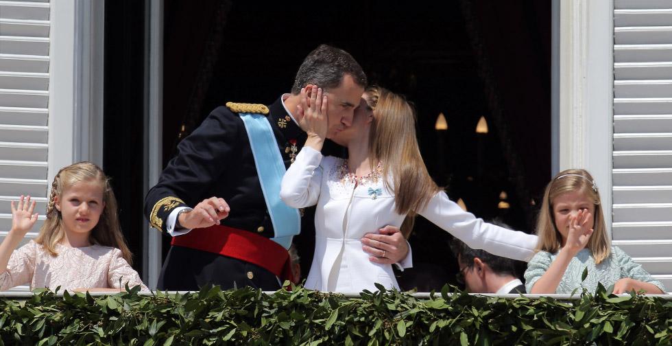 Os Reis da Espanha, junto às filhas, saem na varanda do Palácio Real.