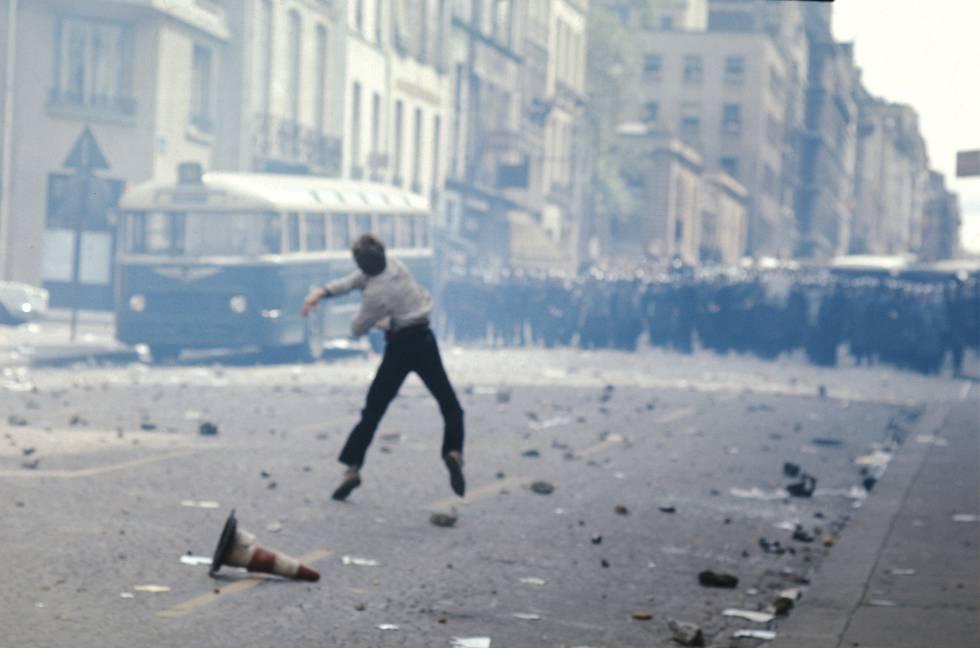 Confrontos entre estudantes e policiais em maio de 68 em Paris