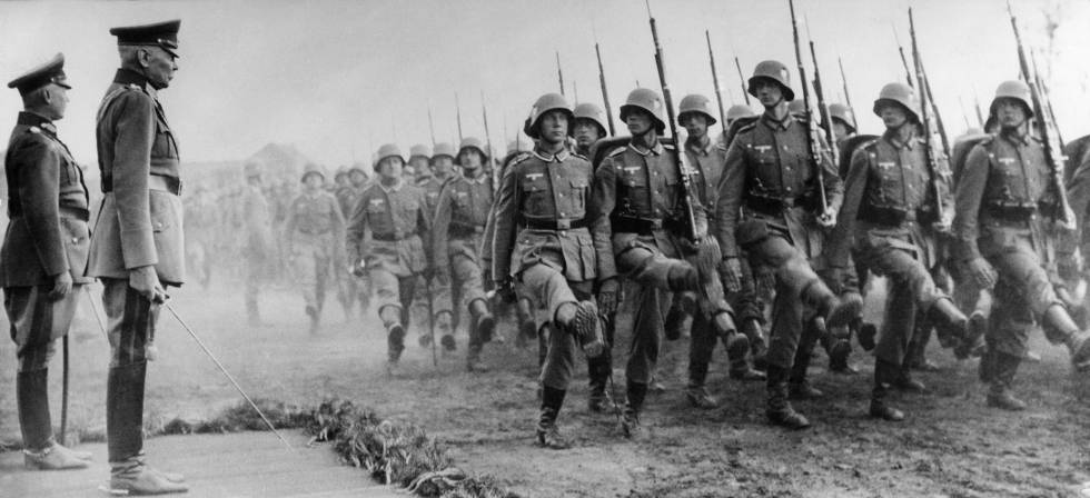Tropas alemãs da Wehrmacht passando revista