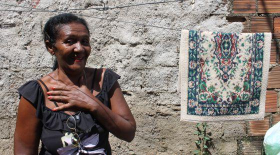 A lavadeira Maria do Carmo Santos superou um câncer de mama.