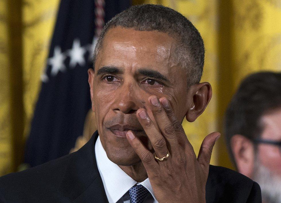 Derramando lágrimas pelas faces, o presidente dos EUA, apresentou um conjunto de medidas executivas para tentar evitar, como ocorre agora, que 30.000 pessoas morram anualmente em acidentes com armas de fogo, em 5 de janeiro de 2016.