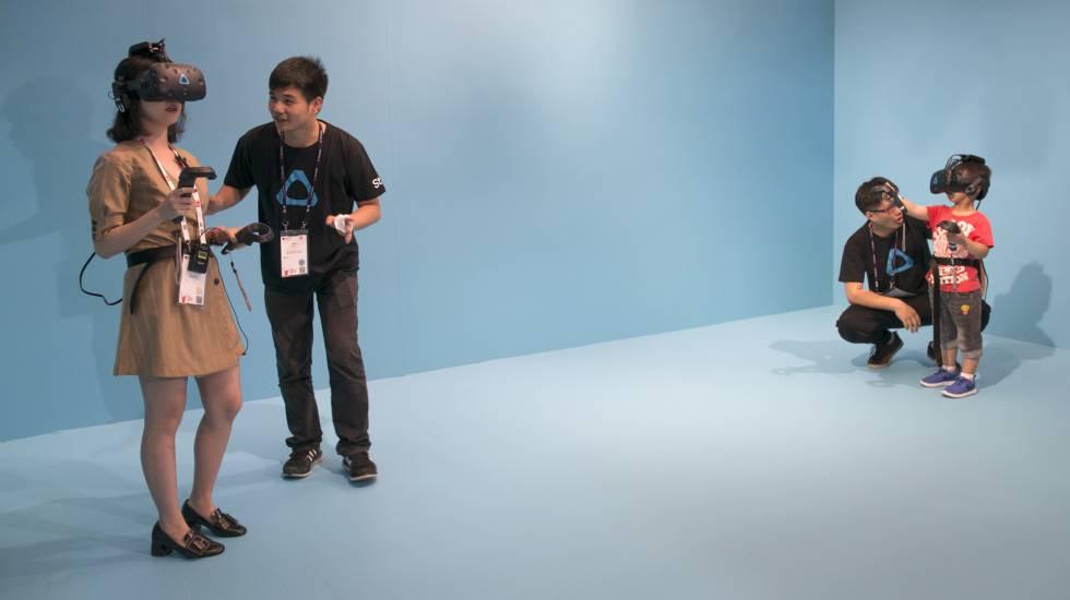 Mãe e filho testam um jogo de realidade virtual criado pela Vive.