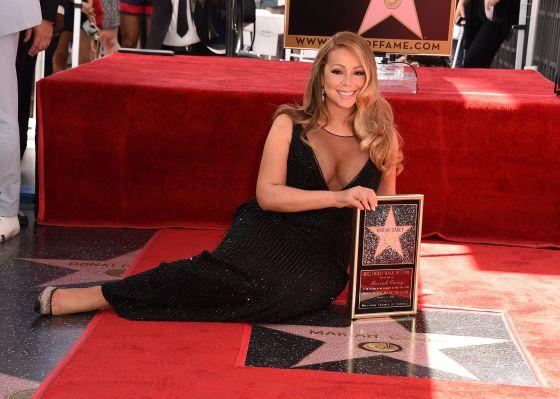 Mariah Carey, na Calçada da Fama de Hollywood, com sua estrela. Quando está no palco, exige que nenhuma mulher esteja ao lado dela. Deve saber por quê...