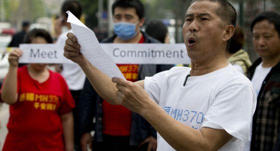 Familiares de passageiros chineses do MH370 protestam na embaixada da Malásia em Pequim.