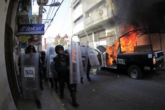 Viatura policial é incendiada em Guerrero em protesto pelos desaparecidos.