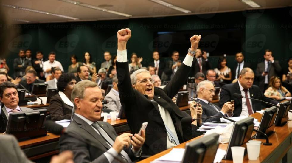 Deputados comemoram aprovação do relatório da reforma trabalhista.