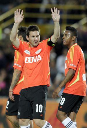 Messi cumprimenta o público em jogo benéfico em Bogotá.