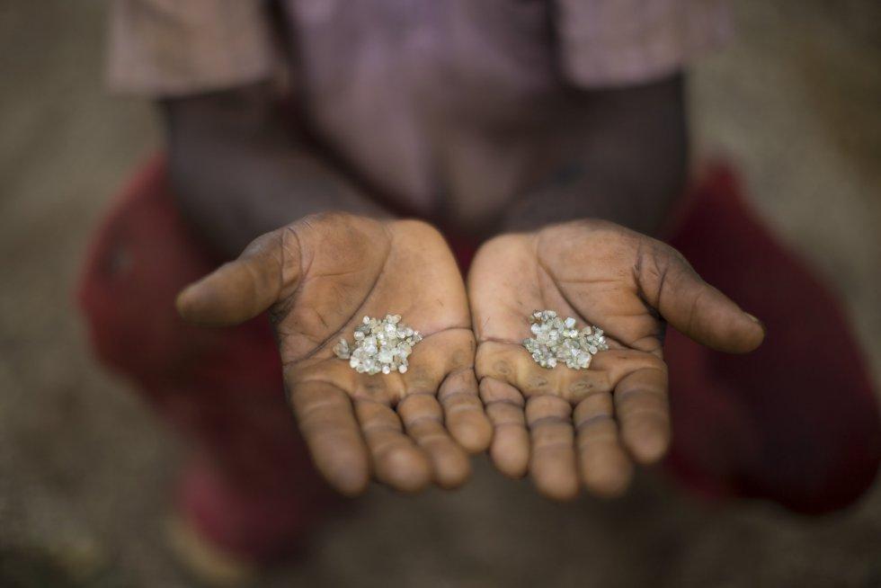 A zona conhecida como Areinha (MG) é uma terra de ninguém onde pequenos grupos de garimpeiros tentam a sorte com técnicas artesanais. Na imagem, um garimpeiro mostra os diamantes que ele e seu grupo conseguiram numa mina abandonada.