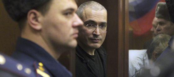 Mijaíl Jodorkovski (centro) em uma foto de 2010.