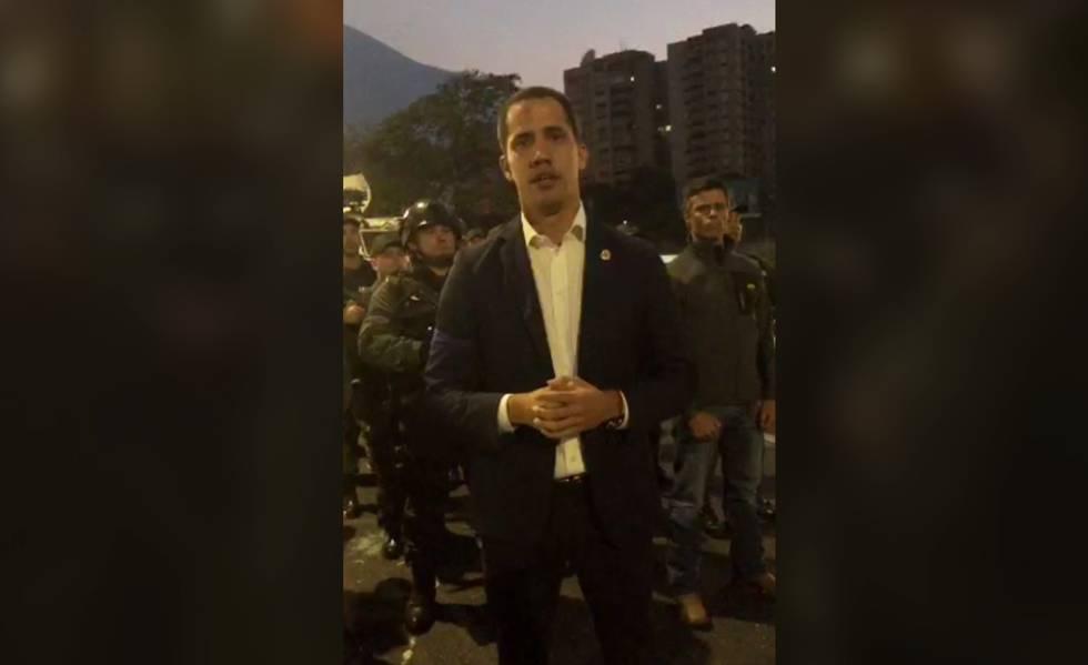 Cercado de militares, Juan Guaidó grava mensagem com Leopoldo López, na manhã desta terça-feira