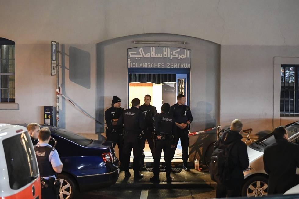 Vários policiais monitoram a entrada da mesquita atacada em Zurique.