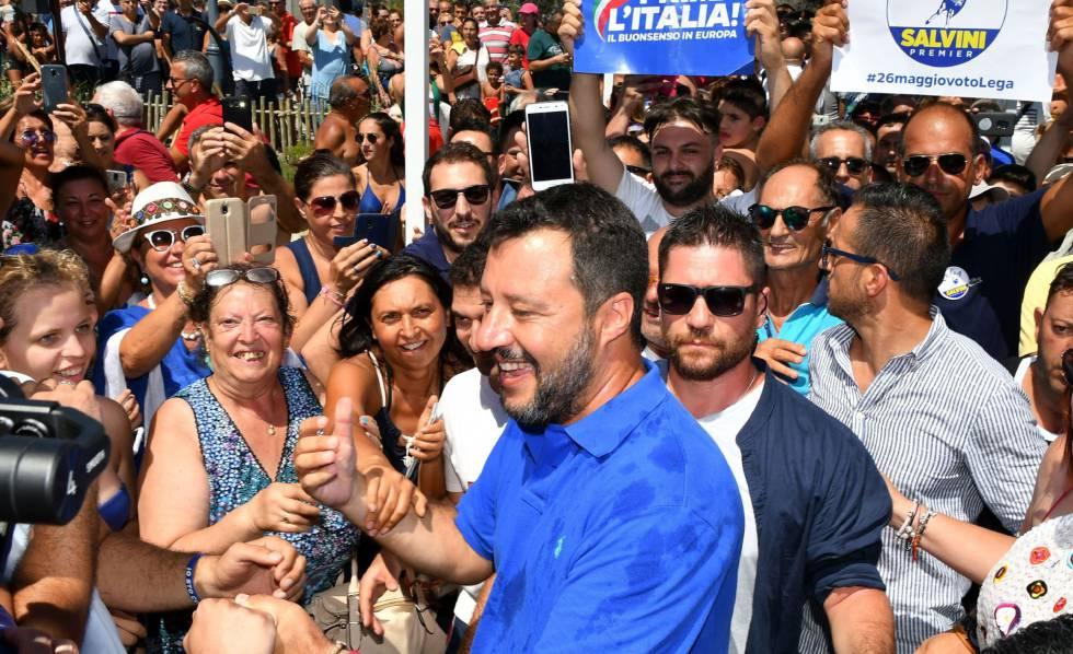 Matteo Salvini com apoiadores, neste sábado.