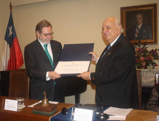 Juan Luis Cebrián, à esquerda, e Alfredo Matus no ato da Academia.
