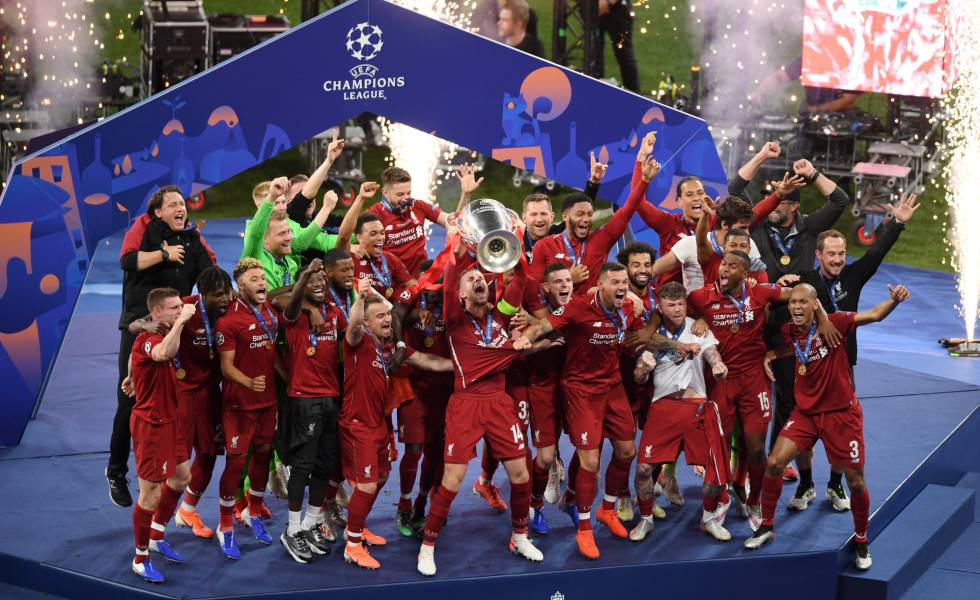 Henderson ergue o troféu da Champions League.