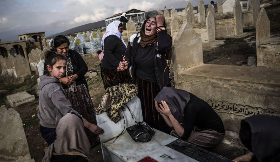Yazidis choram seus mortos em cerimônia no cemitério de Lalish