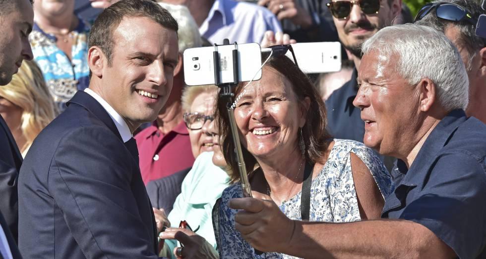 Emmanuel Macron posa para uma foto antes de depositar seu voto.