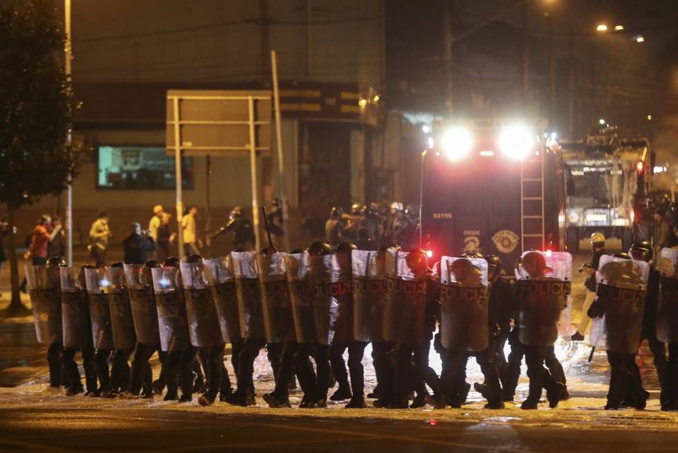 Policiais militares do Choque atuam para dispersar o protesto contra o Governo Temer no Largo da Batata, em São Paulo, no domingo, dia 4.