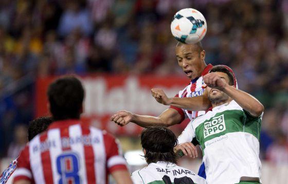 Miranda arremata para marcar o orimer gol do Atlético.