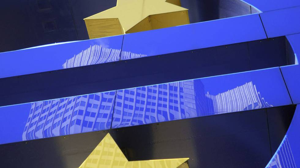 O edifício do Banco Central Europeu (BCE) refletido sobre o símbolo do Euro. EFE/Arquivo