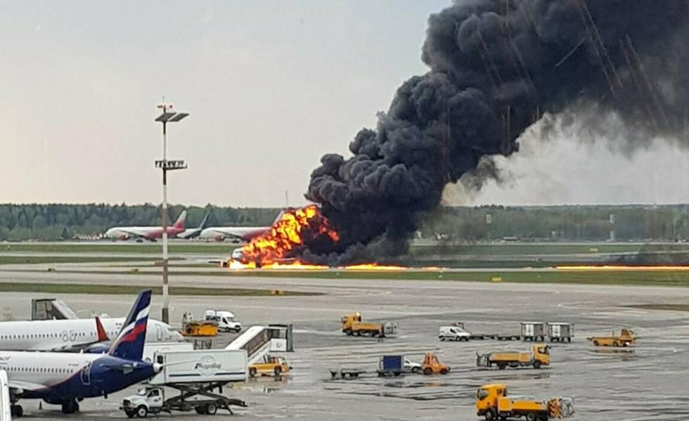 O avião depois da aterrissagem de emergência no aeroporto de Sheremetievo, em Moscou.