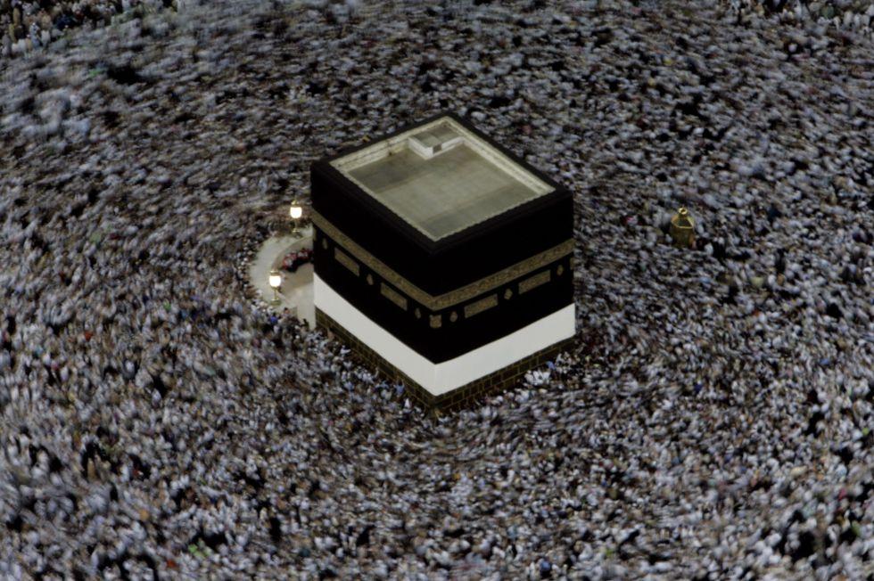 Dezenas de milhares de pessoas se movem em torno do Kaaba, o grande cubo negro localizado no pátio interno da Grande Mesquita de Meca, em 2006.
