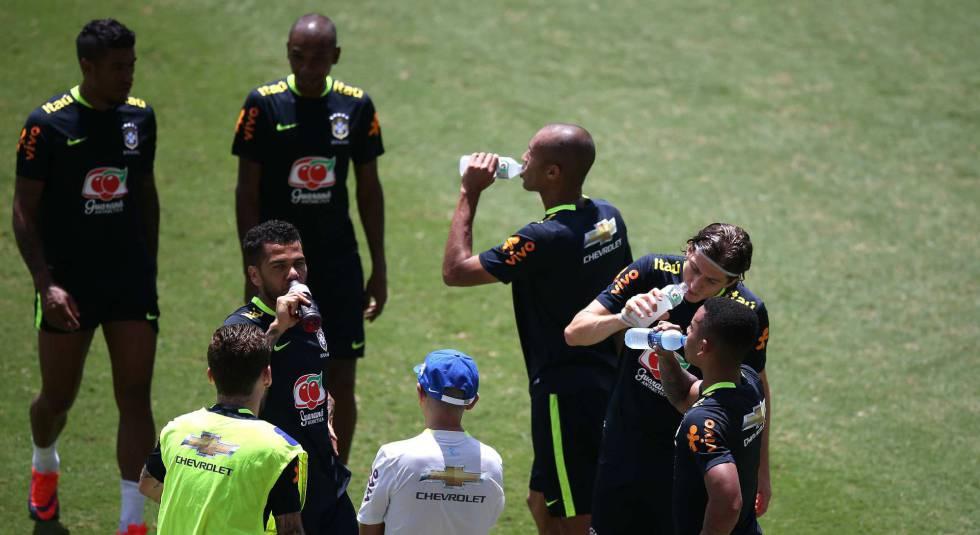 Jogadores brasileiros em preparação para o jogo desta terça.