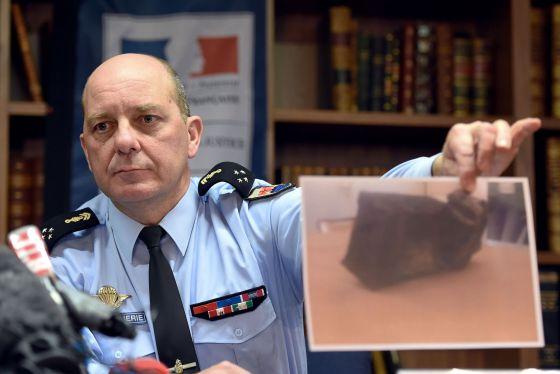 Oficial da polícia francesa mostra foto da segunda caixa-preta.