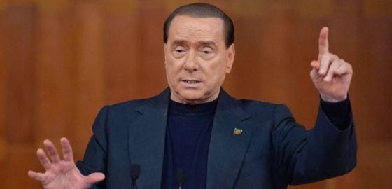 Silvio Berlusconi durante discurso da campanha eleitoral da Forza Italia.