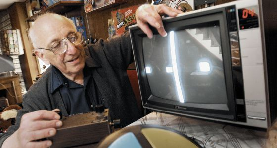 Ralph Baer em 2005 junto a suas invenções: 'Ping pong' e 'Simon'.