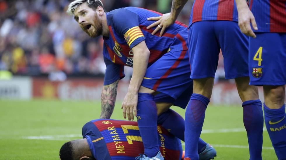 Messi, com Neymar, após o brasileiro levar uma garrafada no Mestalla.
