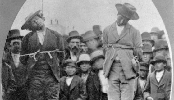 Os cadáveres dos mexicanos Arias e Chamales pendurados em uma forca de Santa Cruz (Califórnia), em maio de 1877.