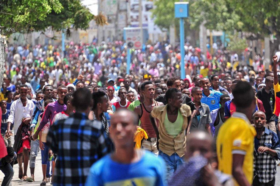 Milhares de pessoas foram às ruas de Mogadíscio, na Somália, para protestar contra os ataques terroristas que deixaram mais de 300 mortos neste sábado