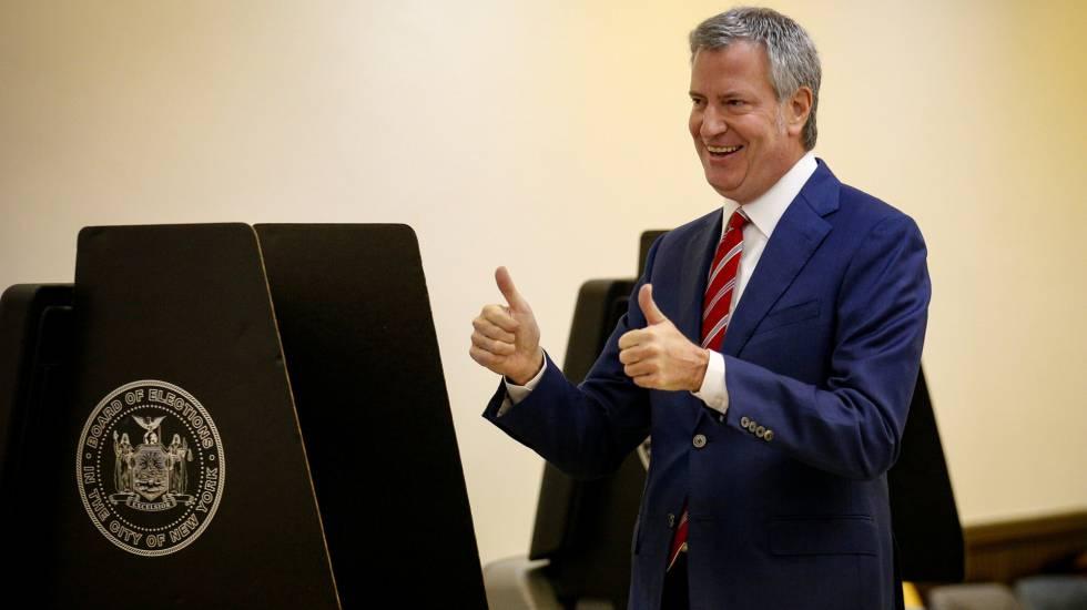Bill de Blasio vota na eleição municipal de Nova York.