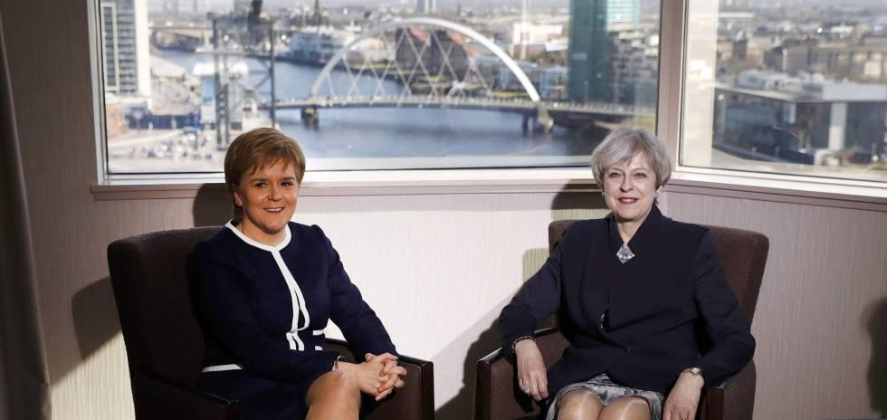 A ministra principal da Escócia, Nicola Sturgeon, e a primeira-ministra britânica, Theresa May, nesta segunda-feira em Glasgow.
